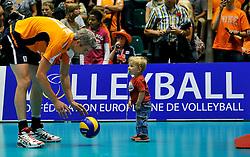 12-06-2011 VOLLEYBAL: EUROPEAN LEAGUE NETHERLANDS - AUSTRIA: ROTTERDAM<br /> Zoontje van Rob Bontje op het centercourt<br /> ©2011-FotoHoogendoorn.nl