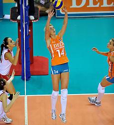 18-09-2011 VOLLEYBAL: DELA TROPHY NEDERLAND - TURKIJE: ALMERE<br /> Nederland wint met 3-0 van Turkije en wint hierdoor de DELA Trophy / Laura Dijkema, Caroline Wensink<br /> ©2011-FotoHoogendoorn.nl