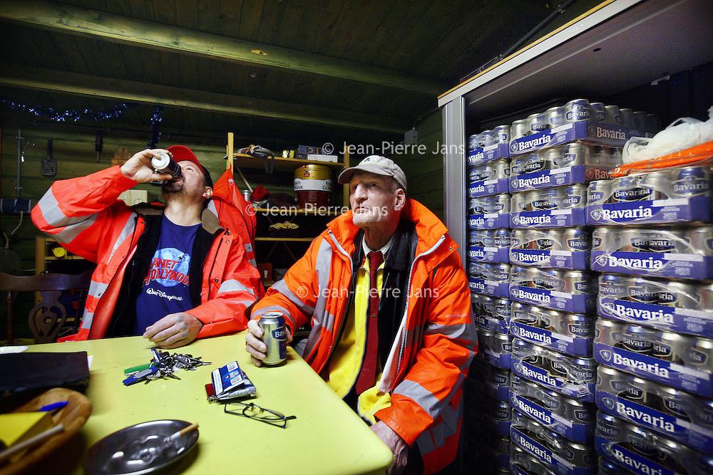 Nederland, Amsterdam , 26 november 2013.<br /> Amsterdamse aloholisten vegen straten in ruil voor bier etc.<br /> Dit project is opgezet door de Regenbooggroep.<br /> De Regenboog Groep wil door middel van diverse projecten en activiteiten bezoekers, cliënten en deelnemers actief laten deelnemen in de maatschappij. Zo verbinden we hen met elkaar, met maatjes en coaches, met maatschappelijk werkers, met buurtbewoners en met andere aardige Amsterdammers.<br /> Op de foto enkele alcoholische stratenvegers drinken een biertje vooraf aan het straten vegen in een schuurtje in de tuin van de Regenboog groep locatie aan de Sumatrastraat in amsterdam Oost.<br /> Foto:Jean-Pierre Jans