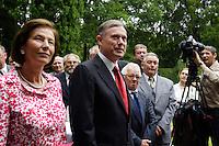 """07 JUL 2005, BERLIN/GERMANY:<br /> Horst Koehler (M), Bundespraesident, und seine Ehefrau Eva Luise Koehler (R), waehrend einem Empfang der Vertreter der Siegerdoerfer des 21. Bundeswettbewerbs """"Unser Dorf soll schoener werden"""", Gaestehaus der Bundesregierung, Pacelliallee<br /> IMAGE: 20050707-01-003<br /> KEYWORDS: Horst Köhler, Eva Luise Köhler, Bundespräsident"""