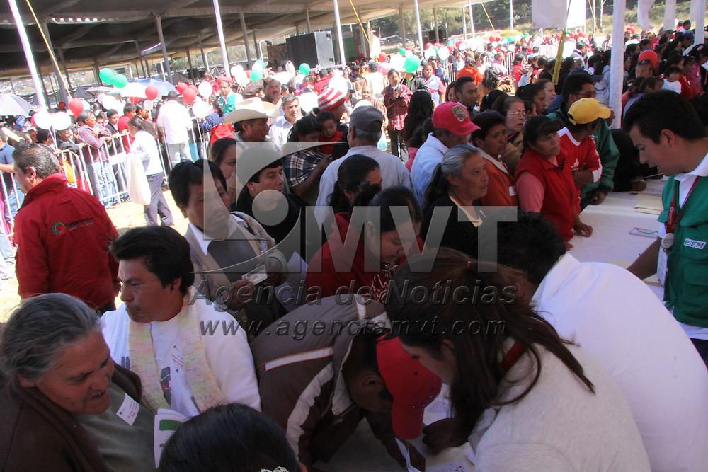 """LERMA, México.-  Entregaron """"Pólizas del Seguro Popular"""", a más de 49 mil personas de la zona de Lerma. Agencia MVT / José Hernández. (DIGITAL)"""