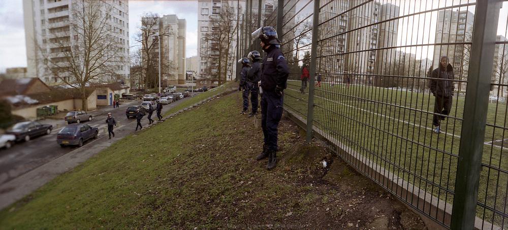 Membres du GAT, en patrouille quotidienne dans la cité des Tarterêts.<br /> <br /> Members of the GAT, during their daily patrol in the Tarterêts neighborhood.