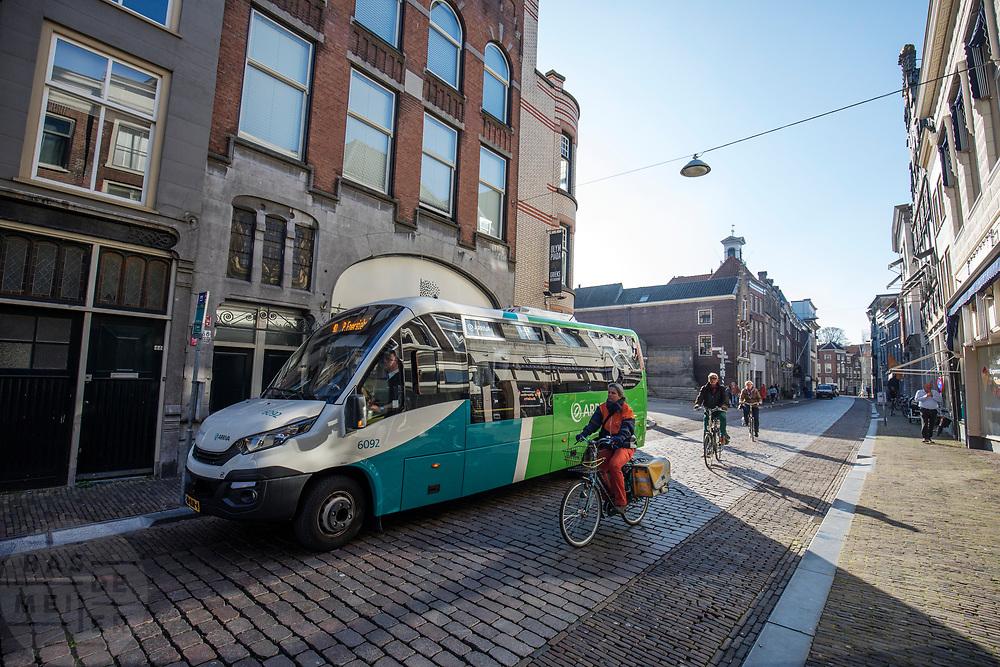 In Dordrecht passeren fietsers een elektrische stadsbus van Arriva.<br /> <br /> In Dordrecht cyclists pass an electrical city bus.