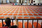Turkije, Istanbul, 4-6-2011Terwijl een groep mannen bidt in de Suleyman moskee maakt een toerist een foto van het tafereel.Foto: Flip Franssen