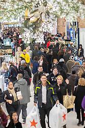 29.11.2013, Macy Herald Square, New York, USA, Black Friday, Black Friday wird in den USA der Freitag nach Thanksgiving genannt. Die Geschaefte oeffnen in den fruehen Morgenstunden und locken mit Sonderangeboten, Rabatten und Werbegeschenken, im Bild Shopper, der Macy Herald Square Flagship-Store, New York auf der Suche nach Schnäppchen // Shoppers, the Macy's Herald Square flagship store, New York, United States of Amerika on 2013/11/29. EXPA Pictures © 2013, PhotoCredit: EXPA/ Photoshot/ RICHARD B. LEVINE<br /> <br /> *****ATTENTION - for AUT, SLO, CRO, SRB, BIH, MAZ only*****