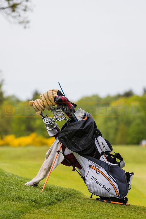 17-05-2015 NGF Competitie 2015, Hoofdklasse Heren - Dames Standaard - Finale, Golfsocieteit De Lage Vuursche, Den Dolder, Nederland. 17 mei. EQUIPMENT Golftas tijdens de singles.