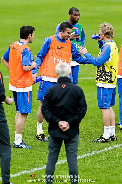 AUS/Seefeld/20100529 - Training NL Elftal WK 2010, Robin van Persie dolt met Dirk Kuyt en Raphael van der Vaart