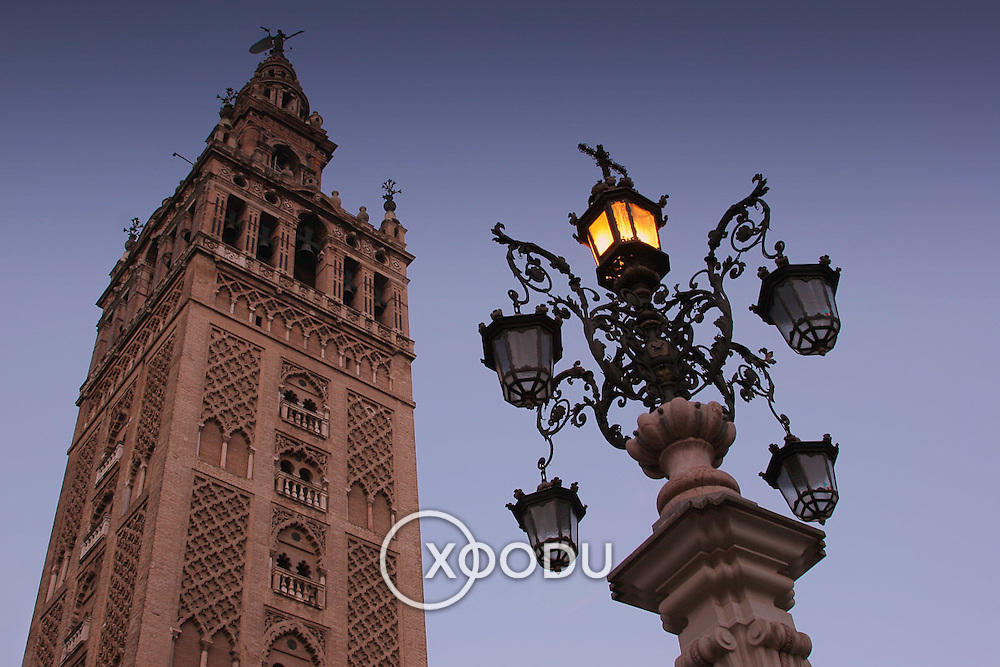 La Giralda (belltower) and street lamp, Seville, Spain (January 2007)