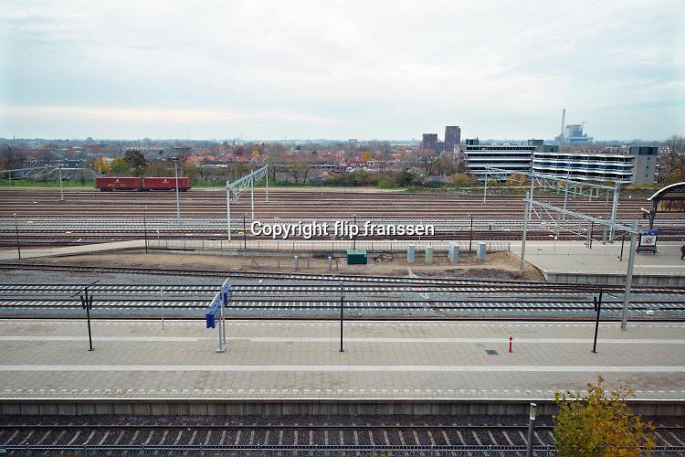 Nederland, Nijmegen, 22-11-2019 Zicht op de westzijde van het Nijmeegs stationsgebied. Hier vindt binnenkort een grote herinrichting plaats samen met een renovatie, modernisering, van het ztation zelf .Foto: Flip Franssen
