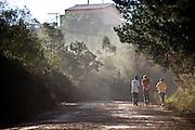Pocos de Caldas _ MG, Brasil...Homens caminhando em uma estrada rural em Pocos de Caldas, Minas Gerais...Man walking in rural road in Pocos de Caldas, Minas Gerais...Foto: JOAO MARCOS ROSA / NITRO