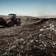 """Desechos antes de ser seleccionados para la confección de compost en la planta de reciclaje de Katameya, que dirige la ONG A.P.E. en las afueras del Cairo. En medio del barrio de Manshiet Nasr a las afueras de El Cairo esta situado el asentamiento de Mokattam conocido como la """"Ciudad de la Basura"""" , está habitado por los Zabbaleen ,una comunidad de unos 45.000 cristianos coptos que viven desde hace varias décadas de reciclar los desperdicios que genera la capital egipcia: plástico, aluminio, papel y desechos órganicos que transforman en compost . La mayoría forman parte de la Asociación para la Protección del Ambiente (APE) una ONG que actúa en el área, cuyos objetivos son proteger el medio ambiente y aumentar el sustento de las recuperadores de basura de El Cairo. Según la ONU, el trabajo que se realiza en Mokattam como uno de los diez mejores ejemplos del mundo en el mejoramiento medioambiental. El Cairo , Egipto, Junio 2011. ( Foto : Jordi Camí )"""
