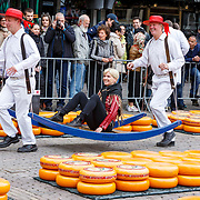 """NLD/Alkmaar/20180518 - Perspresentatie """"Nederland staat op tegen kanker"""" officiele start, Anita Witzier zittend op een berrie"""