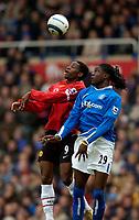 Fotball<br /> Premier League England<br /> 2004/2005<br /> 16.10.2004<br /> Foto: SBI/Digitalsport<br /> NORWAY ONLY<br /> <br /> Birmingham City v Manchester United<br /> <br /> Manchester United's Luis Saha (L) jumps with Birmingham's Mario Melchiot
