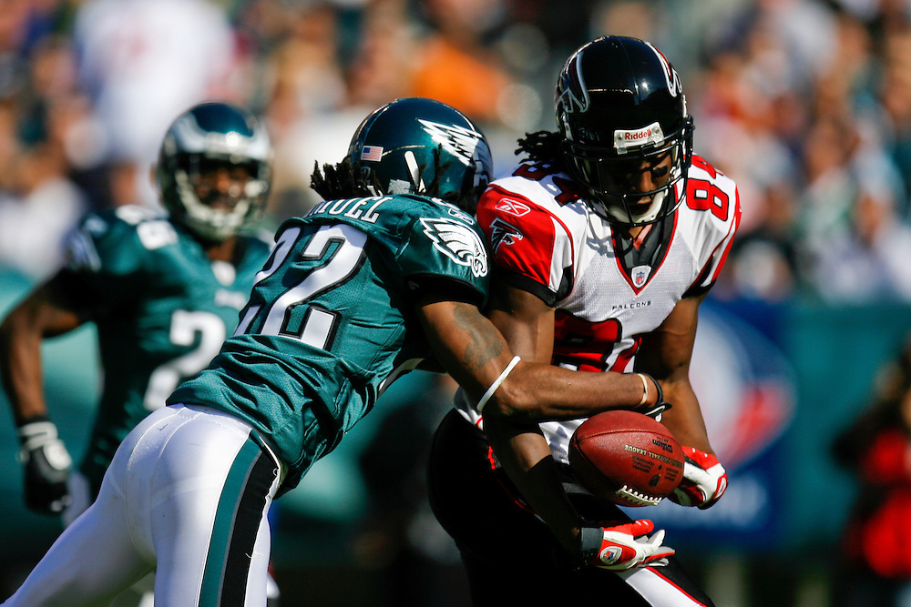 26 Oct 2008: Atlanta Falcons wide receiver Roddy White #84 attempts to pull a pass in while Philadelphia Eagles cornerback Asante Samuel #22 defends during the game against the Philadelphia Eagles on October 26th, 2008. The pass was incomplete. The Eagles beat the Falcons 27-14 at Lincoln Financial Field in Philadelphia, Pennsylvania. (Photo by Brian Garfinkel)
