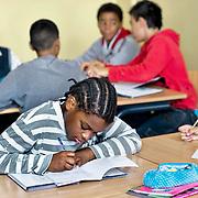 Nederland Rotterdam 23-09-2009 20090923 Serie over onderwijs, openbare scholengemeenschap voor mavo, havo en vwo.  lesuur nederlandse taal,  leerling maakt klassikaal oefeningen.                                                    .Foto: David Rozing