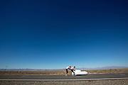 Oud-schaatser Jan Bos wordt gestart. In Battle Mountain (Nevada) wordt ieder jaar de World Human Powered Speed Challenge gehouden. Tijdens deze wedstrijd wordt geprobeerd zo hard mogelijk te fietsen op pure menskracht. Ze halen snelheden tot 133 km/h. De deelnemers bestaan zowel uit teams van universiteiten als uit hobbyisten. Met de gestroomlijnde fietsen willen ze laten zien wat mogelijk is met menskracht. De speciale ligfietsen kunnen gezien worden als de Formule 1 van het fietsen. De kennis die wordt opgedaan wordt ook gebruikt om duurzaam vervoer verder te ontwikkelen.<br /> <br /> Jan Bos is started. In Battle Mountain (Nevada) each year the World Human Powered Speed Challenge is held. During this race they try to ride on pure manpower as hard as possible. Speeds up to 133 km/h are reached. The participants consist of both teams from universities and from hobbyists. With the sleek bikes they want to show what is possible with human power. The special recumbent bicycles can be seen as the Formula 1 of the bicycle. The knowledge gained is also used to develop sustainable transport.