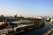 Uitzicht op Osaka vanaf Hotel New Otani, met op de voorgrond de Osaka Jo Hall en op de achtergrond Osaka Castle