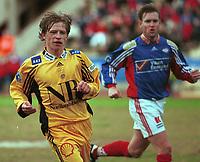 99041419: Ørjan Berg, Bodø/Glimt, løper under kampen mot Vålerenga på Bislett 10. april 1999. Bjørn Arild Levernes i bakgrunnen. (Foto: Peter Tubaas)