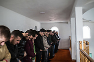 Décembre 2017. Kosovo : 10ème anniversaire de l'indépendance. Podujevo. Prière du vendredi dans l'une des mosquées de Podujevo, située au nord près de la frontière serbe.