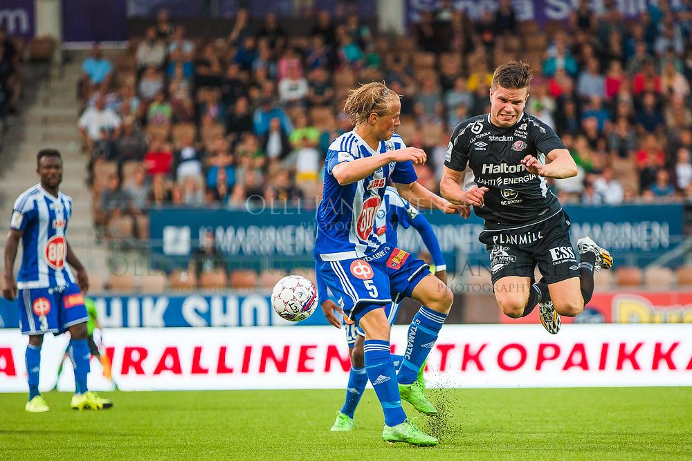 FC Lahden Aleksi Ristola (oik.)lennossa Veikkausliigan ottelussa HJK-FC Lahti. Sonera Stadium, Helsinki, Suomi. 12.8.2015.