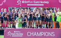 ANTWERPEN - Europees kampioen. Eva de Goede met Marijke Fleuren ( voorzitter EHF) Het Nederlands team na de winst   na   de   finale  dames  Nederland-Duitsland  (2-0) bij het Europees kampioenschap hockey.  COPYRIGHT  KOEN SUYK