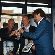 NLD/Amsterdam/20131018 - Boekpresentatie Dennis Bergkamp, Dennis Bergkamp en Johan Cruijff en schrijver Jaap Visser