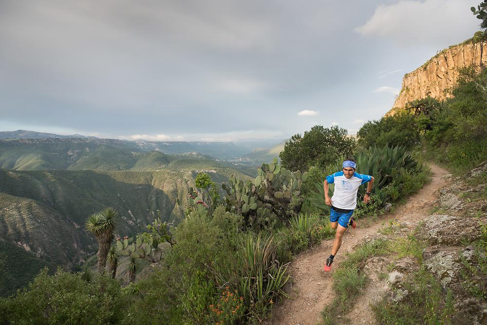 David Vicente Cetto running on a scenic trail in Peña del Aire at Barranca del Meztitlán. <br /> Client: UTMX