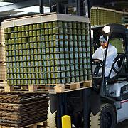 Nederland Giessen 26 augustus 2009 20090826 ..Serie over levensmiddelensector                                                                                      .HAK fabriek, verwerking groente. Magazijn met pallets kleurrijke groente in potten, medewerker transporteert de pallets met een vorkheftruck. Storing vegetables in jars, transporting moving , voedsel, voedsel en warenwet, voedselproductie, voedselproduktie, voedselveiligheid, voorraad, vorkheftruck, werk, werken, werknemer, werknemers, worker, workers..Foto: David Rozing