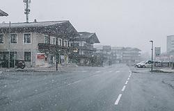31.03.2020, Saalbach Hinterglemm, AUT, Coronaviruskrise, tägliches Leben mit dem Coronavirus, im Bild die leere Dorfstraße von Saalbach bei leichtem Schneefall im Frühling. Mit 01.04.2020, 00.00 Uhr wird die Pinzgauer Gemeinde Saalbach Hinterglemm unter Quarantäne gestellt // the empty village street of Saalbach with light snow in spring. The Pinzgau municipality of Saalbach Hinterglemm will be placed in quarantine on April 1, 2020 at 00:00., Saalbach Hinterglemm, Austria on 2020/03/31. EXPA Pictures © 2020, PhotoCredit: EXPA/ Stefanie Oberhauser