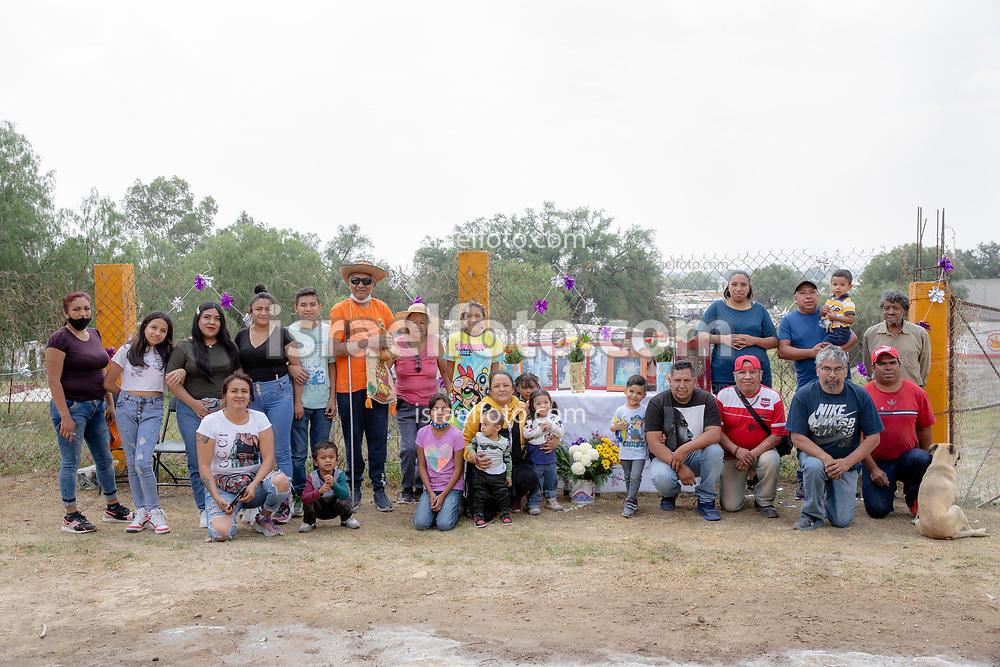 02 junio 2021, Tultepec, Estado de México. Una familia de pirotécnicos posa fuera de su taller pirotécnico el día del recorrido anual de la imagen de San Jua de Dios en La Saucera.