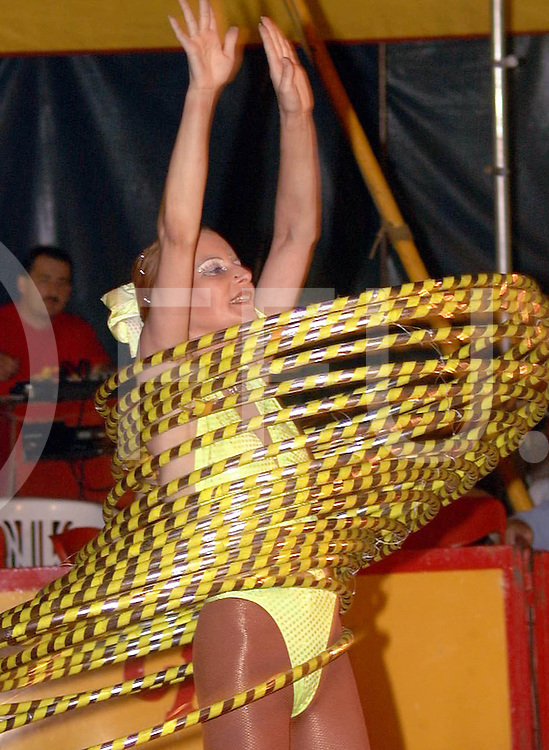 Fotografie Frank Uijlenbroek©2001/Frank Brinkman.010725 holten ned.kinder circus bavaria met vele acts zoals fot met hoepels.fu010725_07