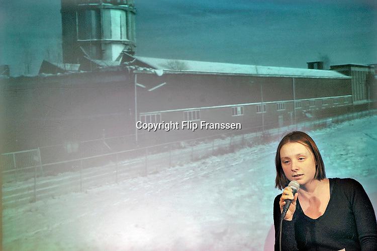 Nederland, Nijmegen, 25-3-2011Dichter, dichteres, Marjolein Pieks tijdens een voordracht. Zij was de eerste stadsdichter van Nijmegen en presenteerd zich ook als Mariken van Nimwegen tijdens het gebroeders van Limburg festival.Foto: Flip Franssen