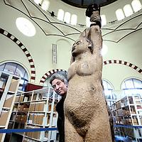Nederland, Amsterdam , 26 januari 2010..Prof. Dr. Saskia E. Wieringa, directeur van Aletta, Instituut voor vrouwensgeschiedenis in het gebouw op Obiplein nr. 4.Foto:Jean-Pierre Jans