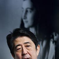 Novum:Nederland:Amsterdam , 23 maart 2014.<br /> De Japanse premier Shinzo Abe is zondagmiddag aangekomen bij het Anne Frank Huis in Amsterdam. Abe besloot het museum aan de Prinsengracht te bezoeken in verband met de vernieling van honderden boeken van en over Anne Frank in Tokyo vorige maand.<br /> De Japanse premier is in Nederland vanwege de top over nucleaire beveiliging die maandag en dinsdag plaatsvindt in Den Haag.<br /> foto: Jean-Pierre Jans<br /> Foto:Jean-Pierre Jans