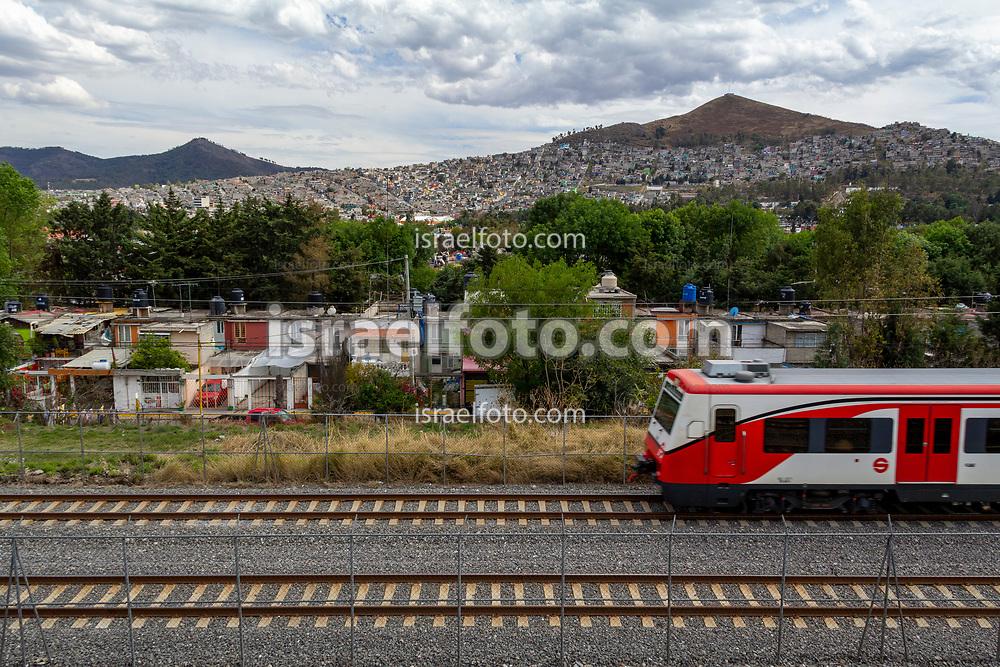 Tren Suburbano en su viaje por el Estado de México.  /  Tren Suburbano going through its route in Estado de Mexico.
