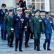 NLD/Breda/20130327 - HMH Konining Beatrix brengt decoratie Kosovo 1999 aan op vaandel Koninklijke Luchtmacht, Generaal Tom Middendorp