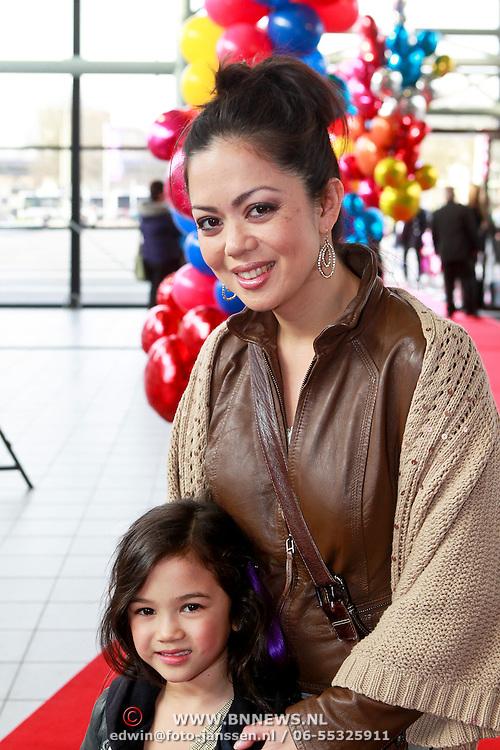 NLD/Rotterdam/20110401 - Premiere Disney on Ice 2011, Cystine Carreon met dochter Kyana