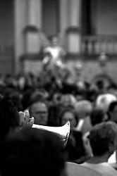 Lecce - Festeggiamenti in onore di Sant'Oronzo, San Giusto e San Fortunato. la prima statua a varcare il portone è quella di San Giusto e la processione sfila tra i defeli, mentre i musicisti accompagnano. Si nota lo scintillare di una tromba tra la gente.