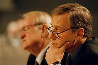 31 JAN 1998, DORTMUND/GERMANY:<br /> Johannes Rau, SPD, Ministerpräsident Nordrhein-Westfalen (hinten), und Wolfgang Clement, SPD, Wirtschaftsminister Nordrhein-Westfalen (vorn), auf dem Landesparteitag der SPD NRW<br /> IMAGE: 19980131-01/01-34