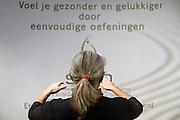Nederland, Utrecht, 25-1-2014Bezoekers en stands op de gezondheidsbeurs. De beelden respecteren de privacy van de bezoekers.Een therapeute behandelt iemand met een massage, qigong, waarbij de client niet aangeraakt wordt.De nieuwste gezondheidstrends en informatie over gezond leven met fruitdrankjes, oogmetingen, checkups, massage,medicinale kruiden, kruidenthee, zelftests, handlezen en nog veel meer....Foto: Flip Franssen