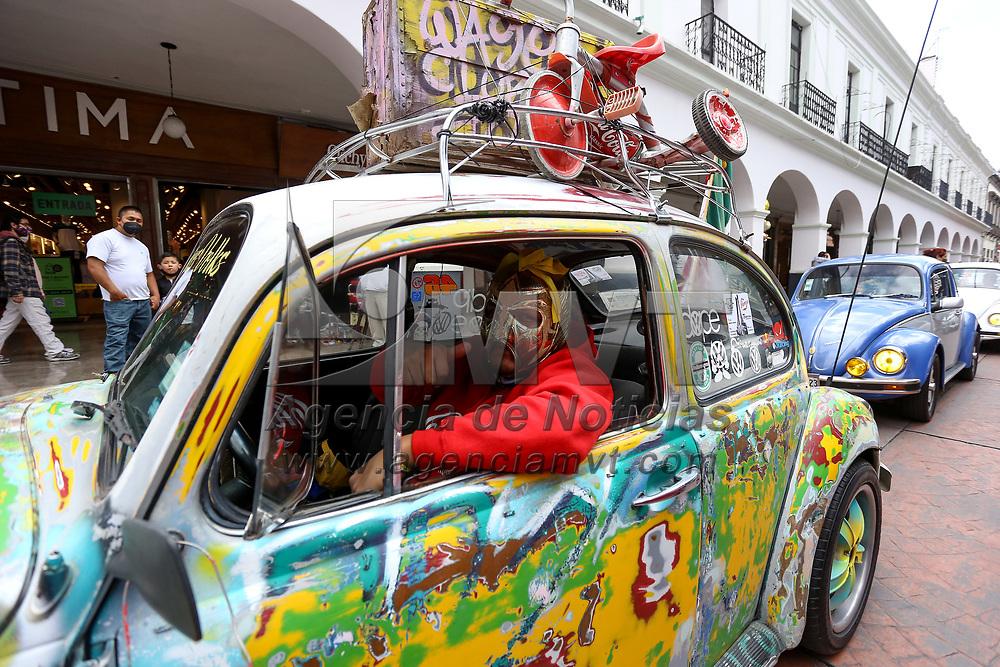 """Toluca, México.- Integrantes del club Chorizos Volk´s, realizaron la séptima caravana de autos por las calles de Toluca con motivo al Día Mundial del Vocho. En México y algunos otros países del mundo, el Volkswagen Sedan, o mejor conocido como """"Vocho"""" fue el primer medio de transporte para la mayoría de las familias mexicanas. Su origen nos remite al país de Alemania, a la Segunda Guerra Mundial y Adolfo Hitler, donde se fabricó un """"auto para el pueblo"""" en el año 1938. El """"vochito"""" dejo de fabricarse en el año 2003 para convertirse en todo un clásico y uno de los automóviles más populares del mundo.. Agencia MVT / Ramsés Mercado."""