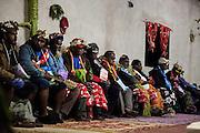 Les hommes du clan de la femme arrivant des îles Belep (archipel situé à l'extrême nord de la Nouvelle-Calédonie) lors de la célébration du mariage avec un clan de Lifou (îles Loyauté).