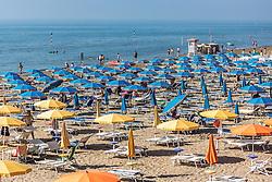 THEMENBILD - Sonnenschirme und Liegen am Sandstrand. Lignano ist ein beliebter Badeort an der italienischen Adria-Küste, aufgenommen am 16. Juni 2019, Lignano Sabbiadoro, Italien // sunshades and sunbeds on the sandy beach. Lignano is a popular seaside resort on the Italian Adriatic coast on 2019/06/16, Lignano Sabbiadoro, Italy. EXPA Pictures © 2019, PhotoCredit: EXPA/ Stefanie Oberhauser