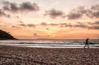 Mulher correndo ao amanhecer na Praia de Quatro Ilhas. Bombinhas, Santa Catarina, Brasil. / <br /> Woman runing at sunrise at Quatro Ilhas Beach. Bombinhas, Santa Catarina, Brazil.