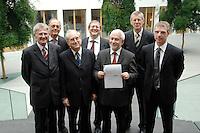 """19 OCT 2006, BERLIN/GERMANY:<br /> Dr. Eckhardt Wohlers, HWWA Hamburg, Prof. Dr. Alfred Steinherr, DIW Berlin, Prof. Dr. Udo Ludwig, IWH, Halle, Dr. Roland Doehrn, RWI Essen, Prof. Dr. Gebhard Flaig, ifo, Muenchen (Sprecher), Prof. Dr. Joachim Scheide, IfW Kiel, Dr. Oliver Huelsewig, ifo, Muenchen, (v.L.n.R.), vor Beginn der Pressekonferenz zur Veroeffentlichung des Gutachtens """"Die Lage der Weltwirtschaft und der deutschen Wirtschaft im Herbst 2006"""", Bundespressekonferenz<br /> IMAGE: 20061019-02-002<br /> KEYWORDS: Herbstgutachten, Wirtschaftsgutachten, Wirtschaftsweise, Wirtschaftsweisen, Roland Doehrn, Oliver Hülsewig"""
