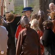 NLD/Hilversum/20060503 - HM de Koninging Beatrix opent de langste natuurbrug ter wereld : Natuurbrug Zanderij Crailo in Hilversum, Beatrix schrikt, kinderen verkleed als dieren worden losgelaten