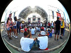Planetários aguardam o início dos shows no segundo dia de festa do Planeta Atlântida 2013/SC, que acontece nos dias 11 e 12 de janeiro no Sapiens Parque, em Florianópolis. FOTO: Marcos Nagelstein/Preview.com