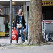 NLD/Huizen/20120627 - Nance Coolen en zoontje Robin winkelend bij C1000 in Huizen,