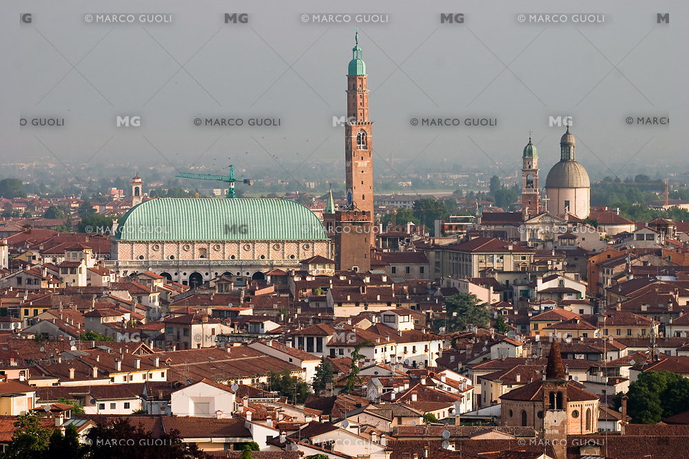 VICENZA, VEDUTA DEL CENTRO STORICO E LA BASILICA PALLADIANA (architetto Andrea Palladio 1549), VENETO, ITALIA