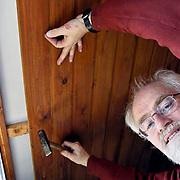 NLD/Huizen/20081222 - Dhr. Welten klusser van de vrijwilligerscentrale Huizen aan het werk